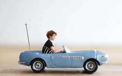 Kinderen als radiografisch bestuurbare auto's