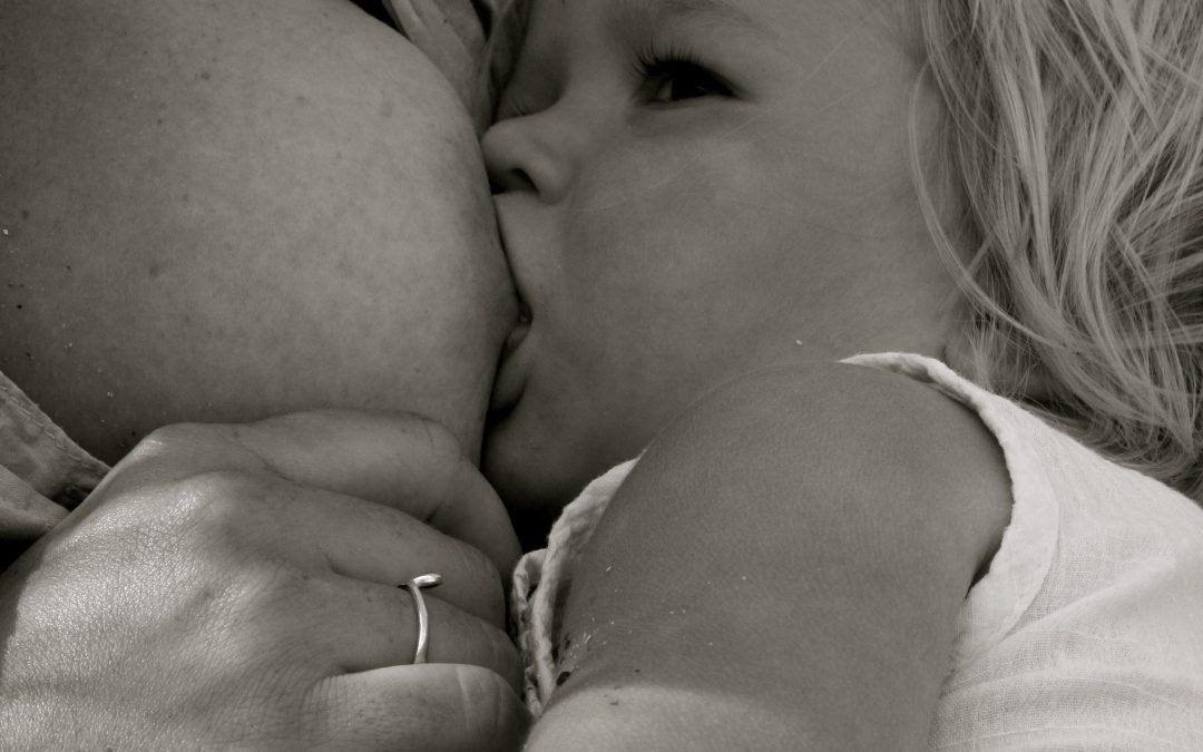 Peuters willen borstvoeding (en wees gerust: pubers niet)