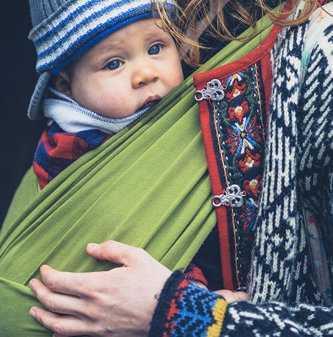 Waarom je je baby niet facing forward draagt