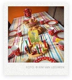 gedekte tafel voor een verjaardag