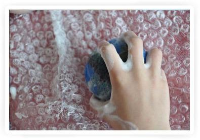 stenen vilten met behulp van bubbelplastic