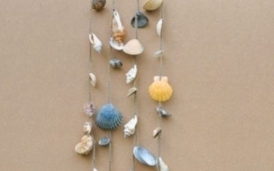 Maak een windgong van schelpen en takken