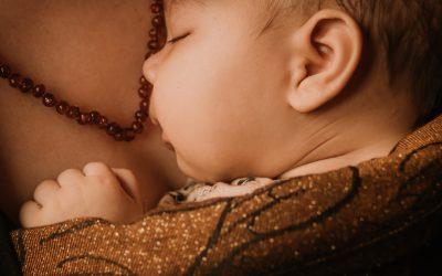 Je baby slaapt alleen op jou? Precies wat hij hoort te doen