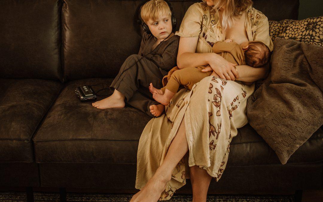 Borstvoeding aan je baby, bijtanken met je oudere kind