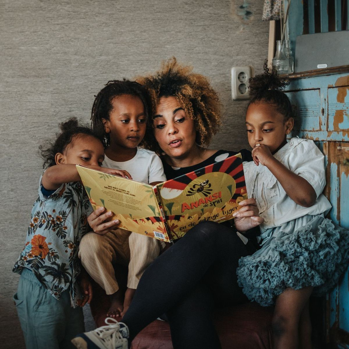 cynthia en kinderen met boek anansie