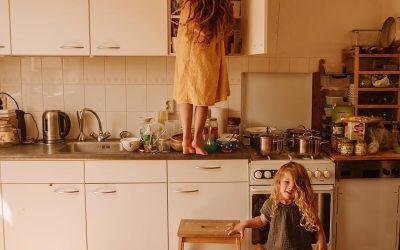 Zo kan je kind helpen in de keuken