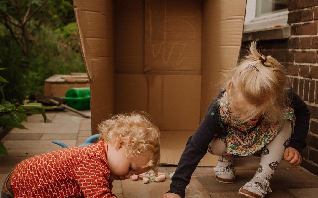 Kinderen blijven creatief door te proeven, voelen en ruiken